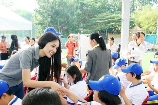 Hoa hậu Mai Phương Thúy làm từ thiện